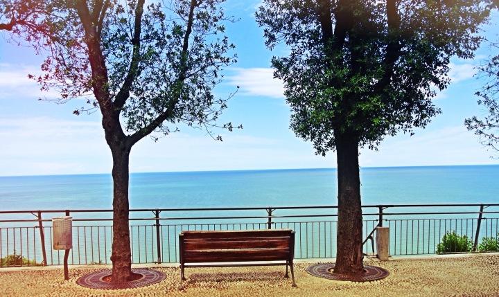 Sirolo, panchina sul mare