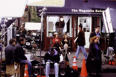 SEX AND THE CITY. Production shot from the series of Cynthia Nixon and Sarah Jessica Parker sitting on bench, 1998-2004, © HBO/ Courtesy: Everett