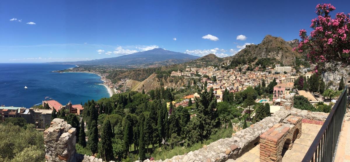 Sicilia Orientale: da Taormina ad Ortigia una cabrio e la vista sull'Etna (tra granite al limone, cannoli siciliani e arancini al ragù)